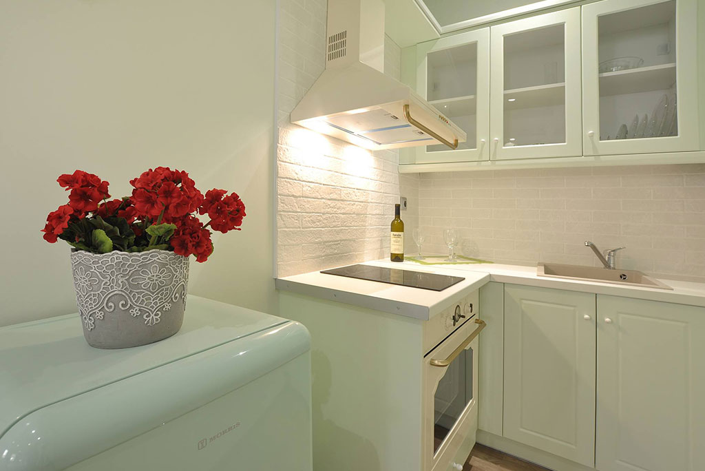 https://mykerkyra.com/wp-content/uploads/2021/07/Casa-Verde-Studio-Dahlia-kitchen-t-mykerkyra.com_.jpg
